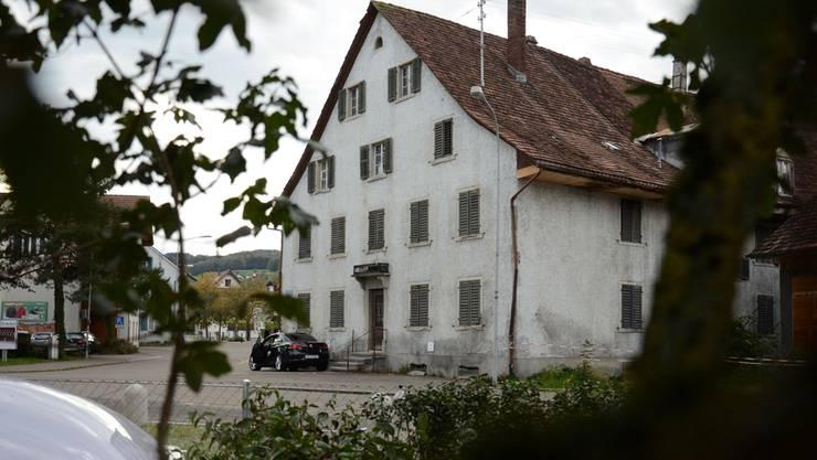 Der Stadtrat will den «Alten Bären» (im Bild) an einen Investor verkaufen, während die daran angebaute Zehntenscheune zum kulturellen Veranstaltungsort wird.