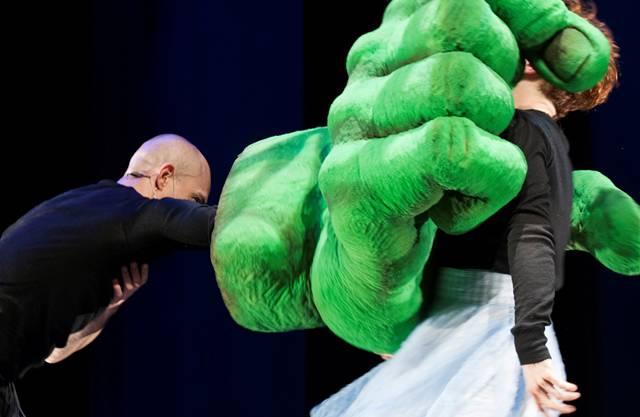 Eine riesige, grüne Hand erscheint als Rächerin.