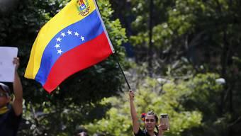 In Venezuela steht ein dramatisches Kräftemessen zwischen Anhängern von Präsident Maduro und jenen des selbsternannten Interimspräsidenten Guaidó bevor. (Archiv)