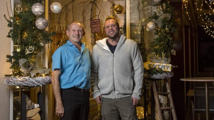 Franz Schnyder, links, und Markus Roth vom Restaurant s'Kafitassli in Schinznach-Dorf, welches sie festlich dekoriert haben, aufgenommen am 1. Dezember 2017.