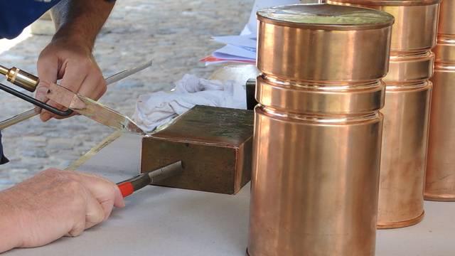 Für die Nachwelt: Die Zeitkapsel für die Turmkugel wird gefüllt und verschlossen.