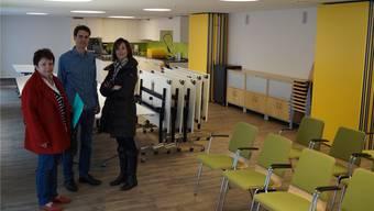 Im neuen Mehrzweckraum in der Nähe des renovierten «Chilehuuses»: Kirchenpflegerin Gabriele Voigt mit dem neuen Pfarrehepaar Reto und Cindy Studer-Seiler. sl