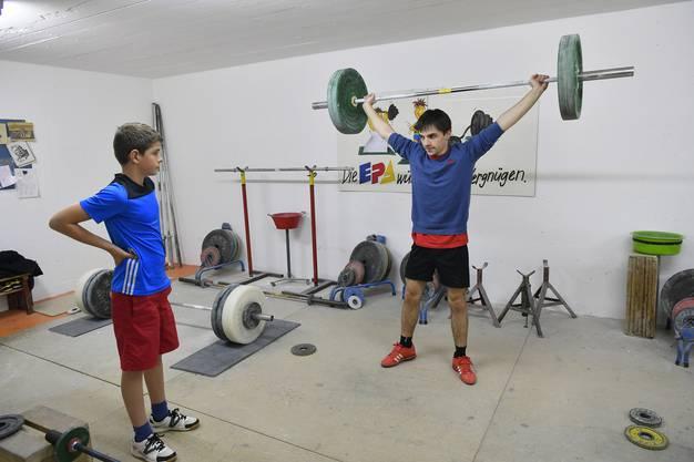 Er tritt in die Fussstapfen seines Grossvaters Kurt Schenk als Trainer im Gewichtsraum der Gewichtheber Grenchen.