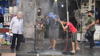 Da hilft nur noch eine kalte Dusche: Die irakische Hauptstadt Bagdad leidet unter Rekordhitze.