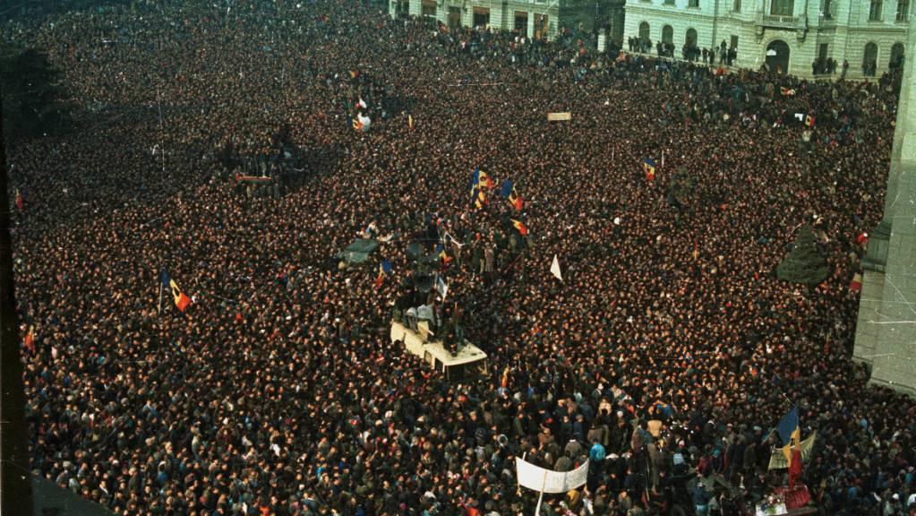 Hunderte marschierten am Sonntag in Rumänien mit Fackeln, um an die Revolution vor dreissig Jahren und den Sturz der Ceausescu-Diktatur zu erinnern. (Archivbild vom Dezember 1989)