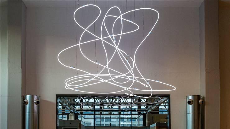 Die «Wolke», ein filigranes Kunstwerk aus 52 Metern Neonröhre, hängt im Gebäude J.