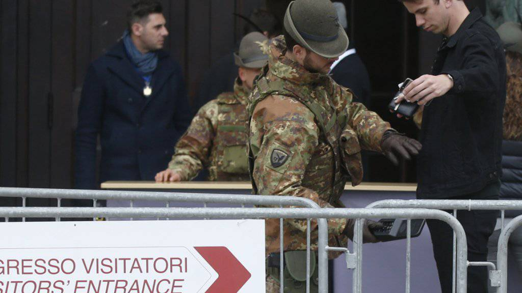 Italienische Soldaten durchsuchen die Taschen von Besuchern des Mailänder Doms. Seit den Terroranschlägen in Paris hat Italien seine Sicherheitsmassnahmen verstärkt. Ministerpräsident Matteo Renzi will gegen Menschen, die falsche Terrorgerüchte verbreiten, Strafmassnahmen einleiten.