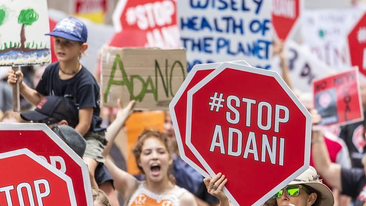 Angeführt von Schülern riefen am Samstag tausende Australier Regierung und Opposition auf, den Bau einer Kohlemine im Bundesstaat Queensland durch die indische Firma Adani zu stoppen.