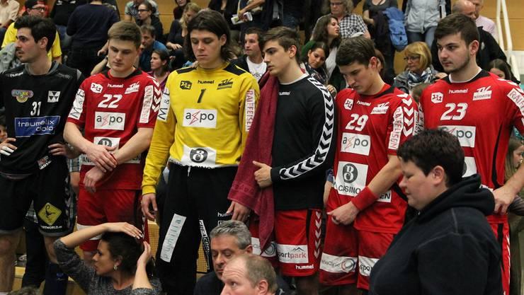 Die Kontrahenten im Schock vereint: RTV-Spieler Ivan Golubovic (ganz links) zusammen mit den Gegnern von Endingen.Otto Lüscher