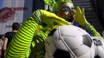 Verkleideter Tänzer an der Sao Paulo Gay and Lesbian Pride Parade im Jahr 2002 - das Motto: Fussball.