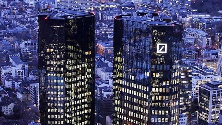 Die Deutsche Bank verschärft ihren Sparkurs und streicht mehr als 7000 Stellen. (Archiv)