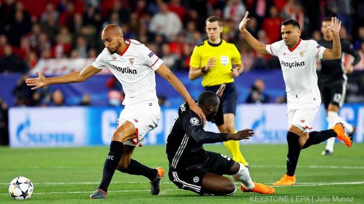 Romelo Lukaku gegen Steven N'Zonzi (L) und Gabriel Mercado (R)