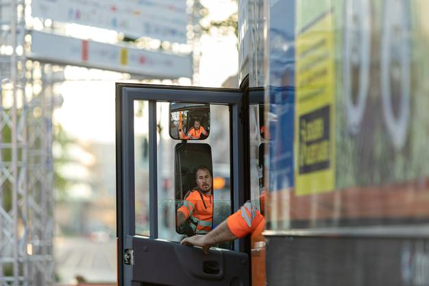 Der Blick zurück: Marcel Burgherr, Bereichsleiter Abfuhrwesen blickt kurz in den Rückspiegel bevor er mit dem grossen Müllwagen losfährt.