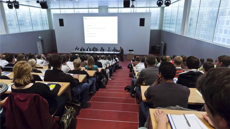 Die vier Trägerkantone der Fachhochschule Nordwestschweiz – im Bild die Aula auf dem Campus in Brugg-Windisch – sind sich uneinig. Ho/Stefano Schroeter
