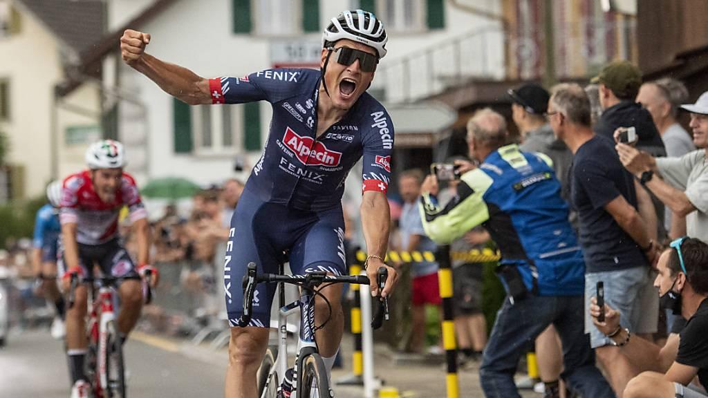Silvan Dillier jubelt über seinen zweiten Meistertitel, nachdem er sich im Sprint einer Vierer-Spitzengruppe durchsetzen konnte