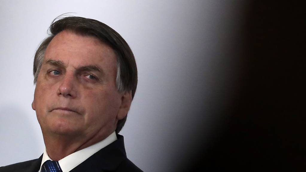 Brasiliens Präsident Jair Bolsonar nimmt an der Eröffnungszeremonie des brasilianischen Genomprojekts im Präsidentenpalast teil. Bolsonaro hat einen Verbündeten im Senat seines Amtes enthoben - laut brasilianischen Medienberichten nach dem Fund von mutmaßlich veruntreutem Geld in dessen Unterwäsche. Foto: Eraldo Peres/AP/dpa
