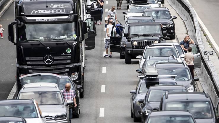 Die Autobahnen in der Schweiz stossen regelmässig an ihre Kapazitätsgrenzen. 2018 ging die Zahl der Staustunden allerdings erstmals seit längerer Zeit etwas zurück. (Archivbild)