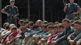Ihr Tod ist längst beschlossen: Bosnisch-muslimische Gefangene am 5. August 1995, bewacht von zwei serbischen Polizisten (Archivbild).