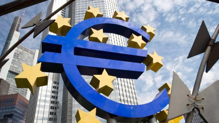 Die Europäische Zentralbank belässt den Leitzins, zu dem sich Geschäftsbanken frisches Zentralbankgeld besorgen können, auf dem Rekordtief von null Prozent.
