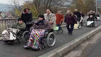 Über die Hochbrücke rollen die Bewohnerinnen und Bewohner des Regionalen Pflegezentrums in die Badener Innenstadt. Alex Spichale