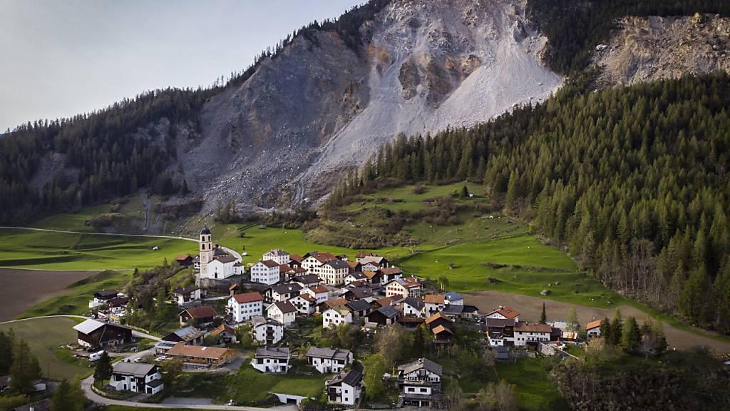 Das Bündner Dorf Brienz rutscht immer schneller Richtung Tal und der Berg oberhalb noch schneller. (Archivbild)