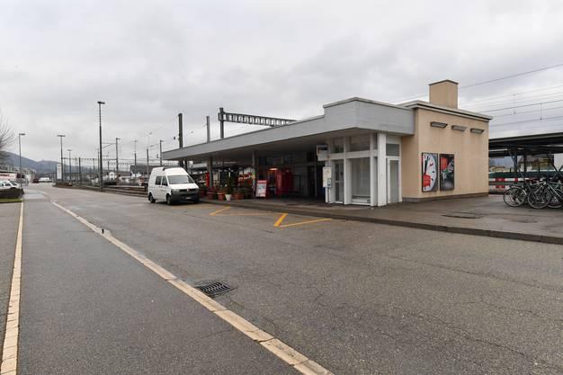 Um Platz für die Rampe zu schaffen und da es in schlechtem Zustand ist, wird das Bahnhofsgebäude mitsamt Kiosk abgerissen.