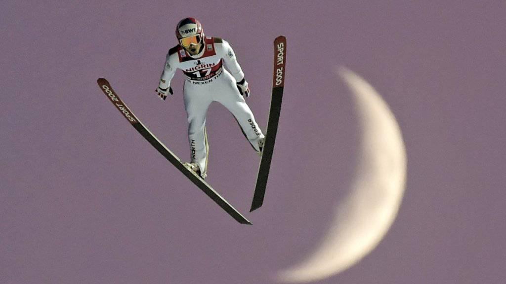 Jakub Janda als Fotosujet vor dem aufgehenden Mond.