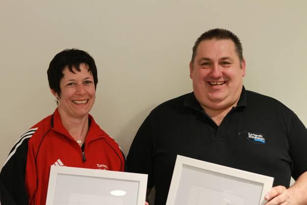Esther Schneeberger und Hansruedi Meyer wurden für ihr Engagement mit der Ehrenmitgliedschaft des Turnvereins ausgezeichnet.