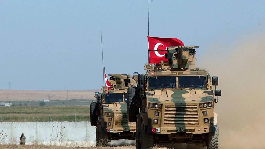 ARCHIV - Gepanzerte Militärfahrzeuge der türkischen Streitkräfte fahren auf der syrischen Seite der Grenze zur Türkei entlang. Foto: Maya Alleruzzo/AP/dpa