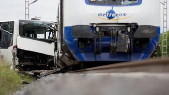 Am Dienstag kollidierte ein Zug zwischen Stade und Buxtehude mit einem Schulbus, der auf Grund einer Panne nicht mehr von den Gleisen bewegt werden konnte. Die Busfahrerin (23) evakuierte sofort den Bus und keines der 60 Kinder kam zu schaden.