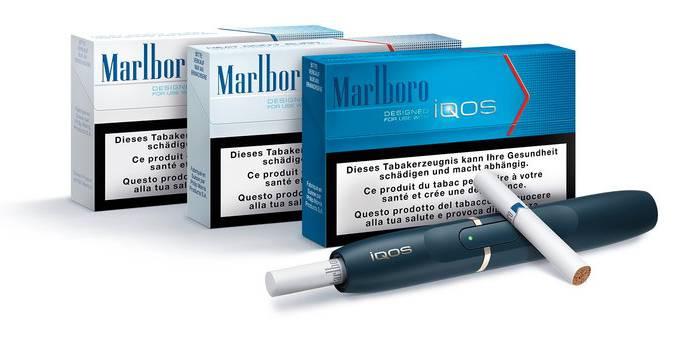 Eine Iqos-Zigarette mit Reserve-Heatsticks.