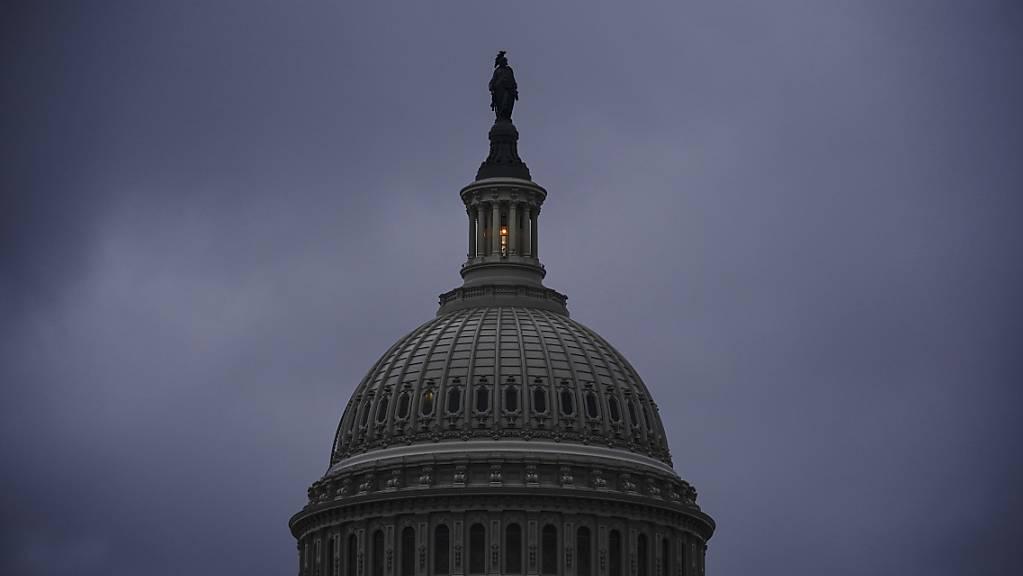 Das Licht in der Kuppel des Kapitols in Washington signalisiert, dass der US-Senat über Nacht seine Sitzung fortsetzt.