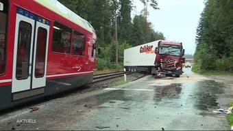 """Im Wald zwischen Aarwangen und Niederbipp übersah der Fahrer ein Warnsignal beim Bahnübergang und kollidierte mit dem """"Bipperlisi""""."""