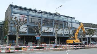 Drei der sieben Bäume an der Huebwiesenstrasse werden entfernt.