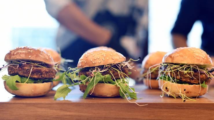 Mehr als drei Monate nach der Legalisierung des Insektenverkaufs kommen nun die ersten Burger und Hackbällchen aus Mehlwürmern in die Regale.