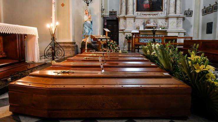 Särge stehen in der Nähe von Bergamo bereit, um abtransportiert zu werden. Italien zählte am Montag bereits über 6000 Corona-Tote.