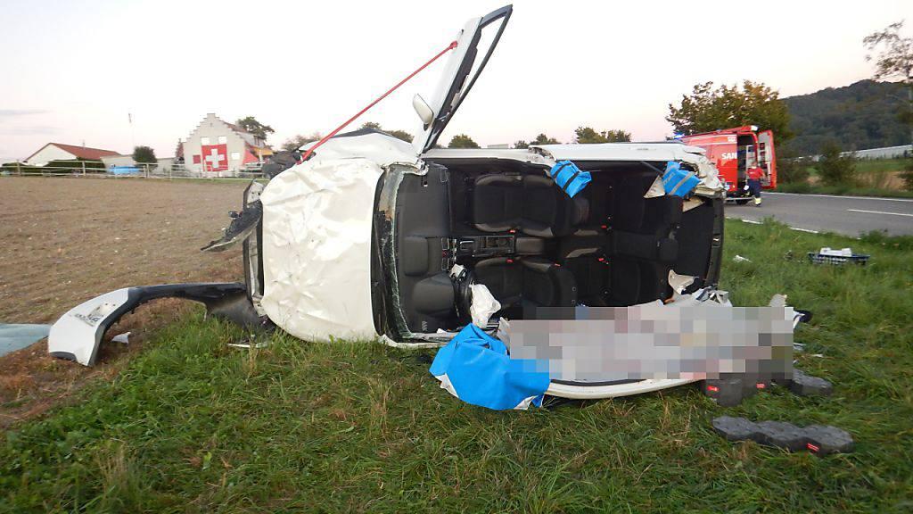Auto überschlägt sich mehrmals - Fahrer schwer verletzt