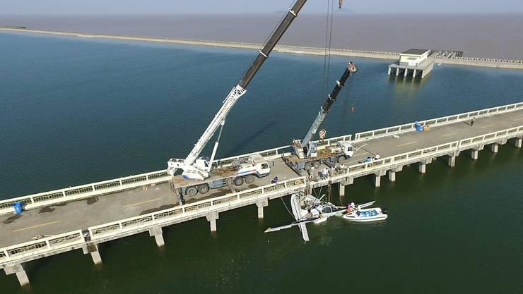 Das in die Brücke geprallte Wasserflugzeug wird gehoben.