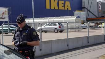 Während die Ikea-Filiale in Västerås ihre Türen für die Kunden wieder geöffnet hat, sucht die Polizei weiter nach dem Motiv der tödlichen Messerattacke.