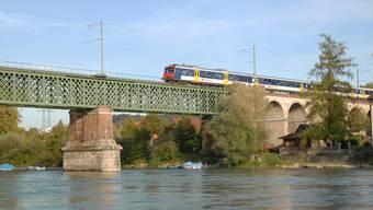 Ein alter Pendelzug auf der Rheinbrücke bei Koblenz. Die neuen SBB-Züge dürfen die Brücke jetzt doch befahren. (Foto: Walter Schwager)