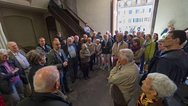 Architekt Peter Humm (5. von links, mit Brille) leitet die Besucherschar auf einer Führung durch die Stadtkirche.