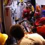 Nach dem Erdbeben in der Ägäis werden verletzte Personen medizinisch betreut.