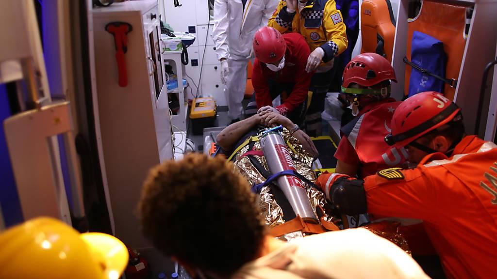 Hunderte Verletzte und mehrere Tote bei Erdbeben