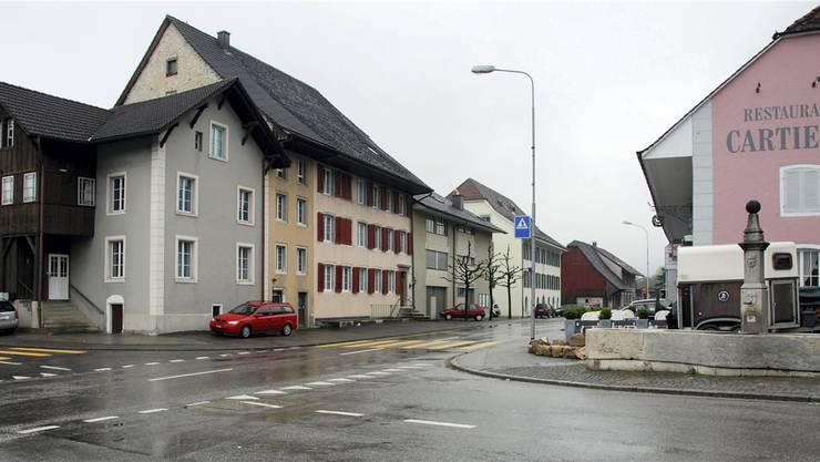 Die ehemaligen «Egge» und «Krone» samt Wohnteil, Bauamt, Schulhaus, der – verschwundene – Gallihof; rechts das Restaurant Cartier, das neu als schützenswert erachtet wird.