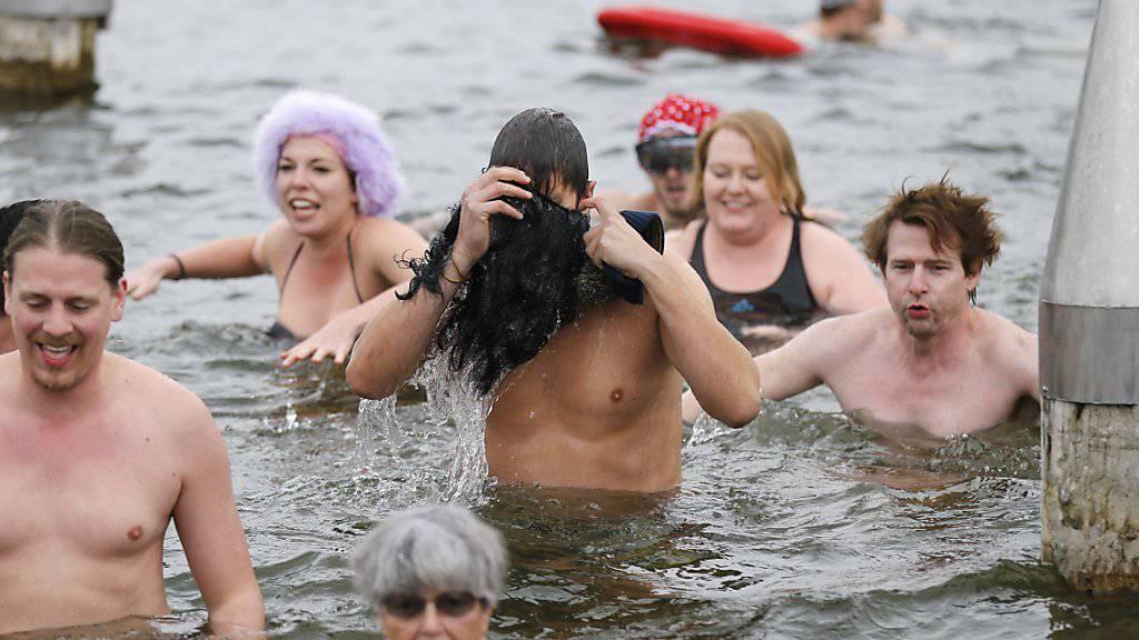Silvesterschwimmen im Moossee als Ritual: Das alte Jahr soll abgewaschen und das neue willkommen geheissen werden.