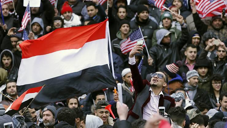 Die Flagge Jemens inmitten eines Protests in New York gegen Donald Trumps Einreisesperre für Menschen aus sieben Ländern, in denen mehrheitlich Muslime leben. Rund 60'000 Personen verloren nach offiziellen Angaben wegen des Banns ihr US-Visum. (Archivbild)