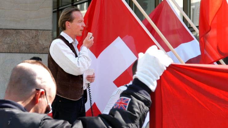Einer der Begründer der Europäischen Aktion: Der Schweizer Holocaust-Leugner Bernhard Schaub (hier an einer Demonstration 2005 in Aarau).