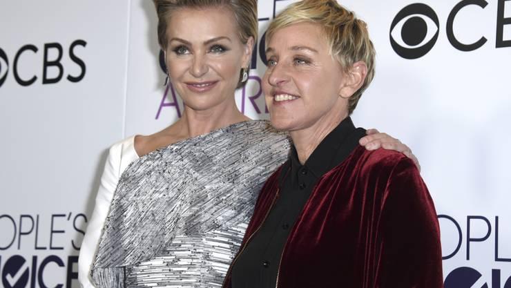 Ellen DeGeneres - rechts neben ihrer Frau Portia de Rossi - hat in der Nacht auf Donnerstag ihre People's Choice Awards Nummer 18, 19 und 20 abgeholt . Rekord! (Archivbild)