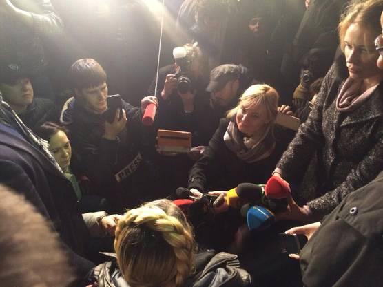 Timoschenko am Flughafen Kiew - sie steht den ersten Journalisten Red und Antwort