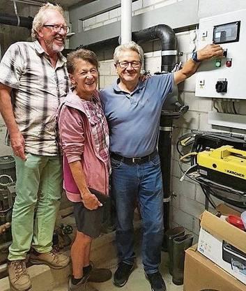 Andres Schifferle (v. l.) und Hauswartin Rita Inauen schauen zu, wie Urs Herzog die Pumpe einschaltet.